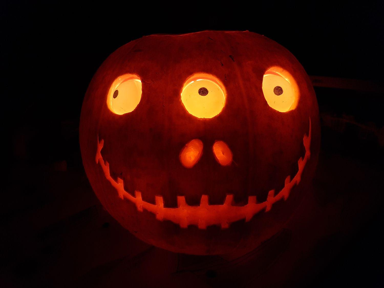 halloween pumpkin with servo controlled eyes - raspberry pi spy